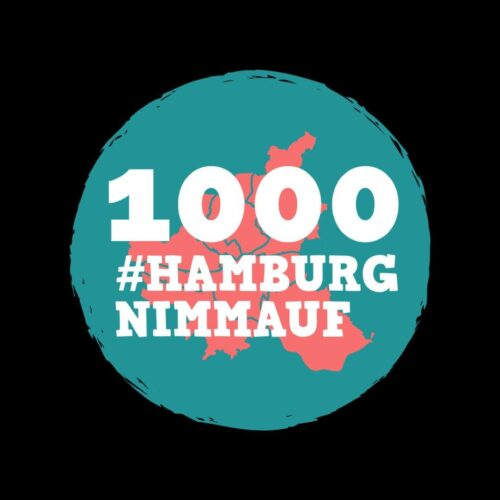 Logo der Akton #HamburgNimmAuf. Weißer Text auf blau-rotem Logo: 1000. #HamburgNimmAuf.