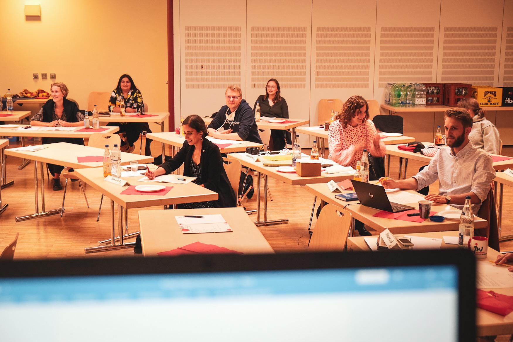 Bild von der Landeskonferenz. Mitglieder des Landesjugendwerks Hamburg sitzen konzentriert an Tischen.